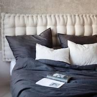 Dziś przedstawiamy Wam zestawienie grafitu z naturalnym beżem 💫  Staramy się dobierać kolory tak , abyście mogli je dowolnie ze sobą łączyć.  Zatem wszystkie kombinacje dozwolone 🕊  •  Today we show you a combination of graphite with natural beige 💫   We try to choose the colors so that you can combine them freely.   have fun with the colours 🕊  #len #lino #linenbedding #lnianaposciel #bedsheet #bedspread #lniananarzuta #bedroom #bedroomdesign #bedroominspiration #bedroomdecor