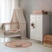 Czy do Was też wpada trochę słoneczka ? ☀️  Pięknie zaaranżowany pokój z mebelkami od @woodluck_design i oczywiście dodatki od @zana_by_mama . Duet idealny 👌🤍  Baldachim w kolorze naturalnych , zapiera dech , prawda ? 💫  •  Do you also get some sunshine? ☀️   A beautifully arranged room with furniture from @woodluck_design and of course accessories from @zana_by_mama. Deut perfect 👌   The natural-colored canopy is breathtaking, isn't it? 💫  #kidsroom #kidsspace #kidsinterior #kinderzimmer #pokojdziecka #pokojdziewczynki #pokojchlopca  #kidsplayroom #playroom #kidsroomdecor #decoration #baldachim #conopy #natural #colors #autumnvibes #detailing #details  #pillow #len #lino #linenbedding #pouf #linenpouf #puf #pufdladzieci #futon