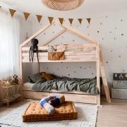 Kolejna aranżacja pokoju , która nas zachwyca 👌✨  Uwielbiamy je z Wami tworzyć 💫  Pięknie tu , prawda ?   •   We are enchanted by this children's room 👌✨   We love to create them for you 💫   It's beautiful here, isn't it?  #decoration #natural #colors #detailing #details #len #lino #kidsroom #kidsspace #kidsinteriors #kinderzimmer #pokojdziecka #pokojdziewczynki #pokojchlopca #puf #pufdladzieci #pufa #linenpouf #poufforkids #linenbedding #poscieldladzieci #lnianaposciel