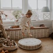 Dziś pierwszy dzień kalendarzowej jesieni 🍁  Więcej czasu spędzamy w domu dbając o to , aby czuć się dobrze w naszych wnętrzach ✨  Otaczamy się pięknymi przedmiotami i dodatkami , umilając sobie ten jesienny czas 🍂🐿  •   Today is the first day of the calendar autumn 🍁   We spend more time at home making sure that we feel good in our interiors ✨   We surround ourselves with beautiful items and accessories, making this autumn time more pleasant 🍂🐿   #decoration #natural #colors #detailing #details #len #lino #kidsroom #kidsspace #kidsinteriors #kinderzimmer #pokojdziecka #pokojdziewczynki #pokojchlopca #puf #pufdladzieci #pufa #linenpouf #poufforkids #linenbedding #poscieldladzieci #lnianaposciel #autumnvibes