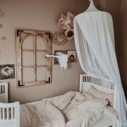 Baldachimy to najpiękniejsza ozdoba dziecięcych pokoi 💫  Oto baldachim bawełniany w kolorze białym 🤍  Delikatny ...zwiewny ...subtelny ...   Idealnie prezentuje się w pokoju dziewczynek @mreiness ✨  •   Canopies are the most beautiful decoration of children's rooms 💫   Here is a white cotton canopy 🤍  Delicate ... airy ... subtle ...   It looks perfect in the girls' room @mreiness ✨  #kidsroom #kidsspace #kidsinterior #kinderzimmer #pokojdziecka #pokojdziewczynki #pokojchlopca  #kidsplayroom #playroom #kidsroomdecor #decoration #baldachim #conopy #natural #colors #autumnvibes #detailing #details  #pillow #len #lino #linenbedding